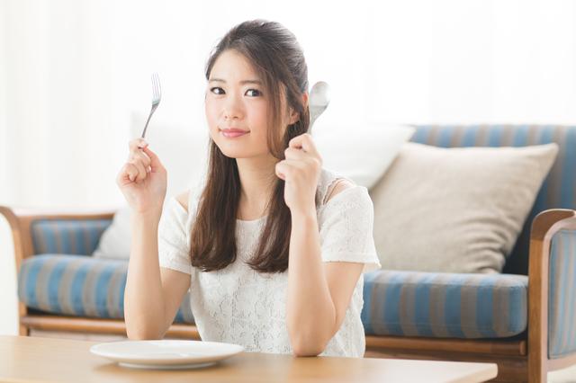 婚活で出会った肘をついて食べる、頬杖をしながら食べる女性にドン引き